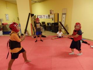 Kung Fu Kids para Julio. Espadas y palos.