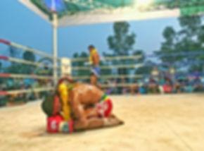 Jeune boxeur Thai en Issan qui fait sa prière avant e combatre