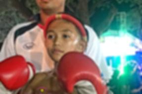 Jeune boxeur Thai avec ses gants pret à combatre