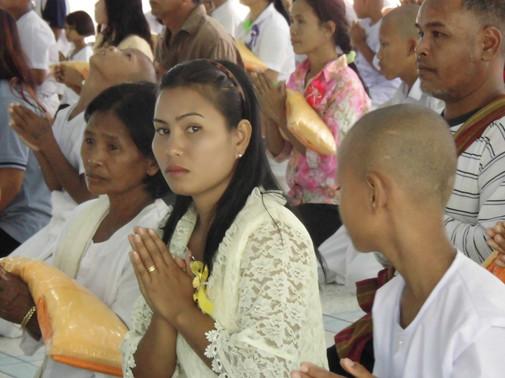 Thailandaise en prière en Isan