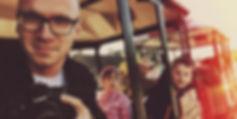 Fotograaf lasteaia lõpupeol rongiga sõitmas