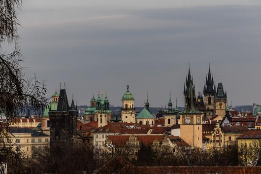 """Prague - vue sur la ville aux """"milles clochers""""."""