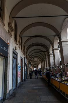Centre-ville. 24km d'arcade comme celle-ci protègent les trottoir du centre.