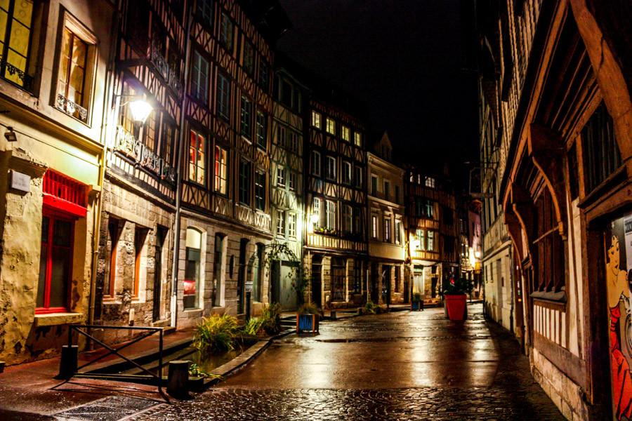 traversée par la Seine. Préfecture du département de la Seine-Maritime, elle a été, jusqu'en 2015, le chef-lieu de la Haute-Normandie et est, depuis, celui de la région Normandie. Comptant 110 169 habitants intra-muros, appelés les Rouennais, elle est la deuxième commune de Normandie après Le Havre. Dotée d'un patrimoine architectural pluriel qui s'est constitué tout au long de son histoire, de l'Antiquité à nos jours en passant par cette période charnière pour la ville qu'a été le Moyen Âge, Rouen est une importante capitale culturelle.