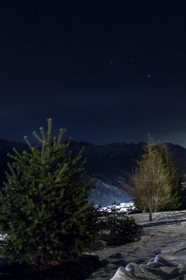Situé à 15 minutes de Saint-Jean-de-Maurienne en remontant dans les montagnes, à 1300 mètres, les Bottières est un petit village de la commune de Saint-Pancrace. Ici, vue sur Saint-Jean de Maurienne.