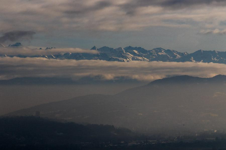 Vue sur le massif des Alpes depuis le lac du Bourget.