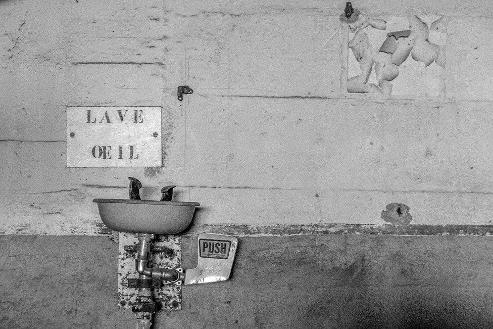 Tirage photographique - art - série désuétude - lave-oeil - Maud Dupuy