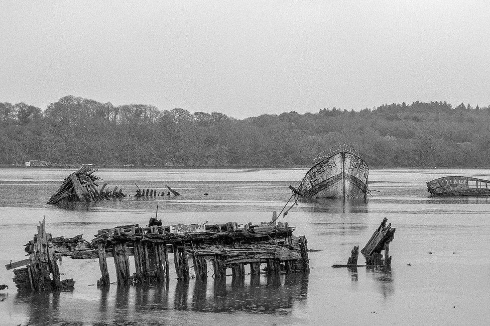 Tirage photographique - Bretagne - Paysage - série photographique Désuétude - cimetiere de bateaux - Maud Dupuy