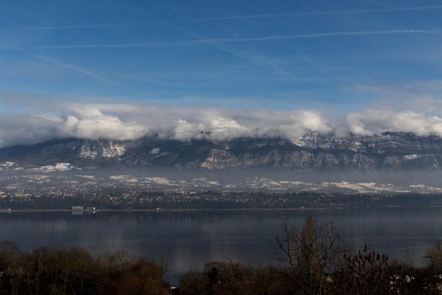 Vue sur Aix-les-bains, station thermale, et le lac du bourget, lac du massif du Jura.