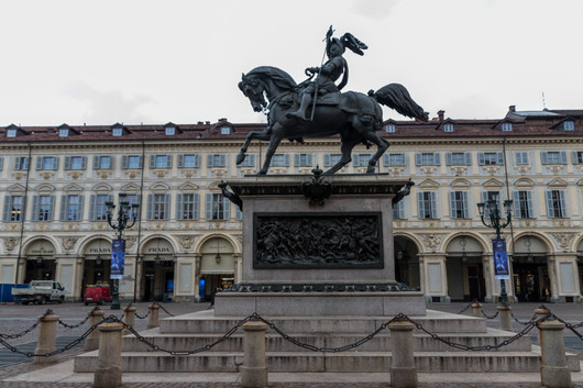 L'une des places principales de Turin. Les églises Santa Cristina et San Carlo se situent sur la place, tout comme une statue équestre de Emmanuel-Philibert de Savoie.