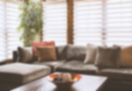 sofá com cortinas atrás