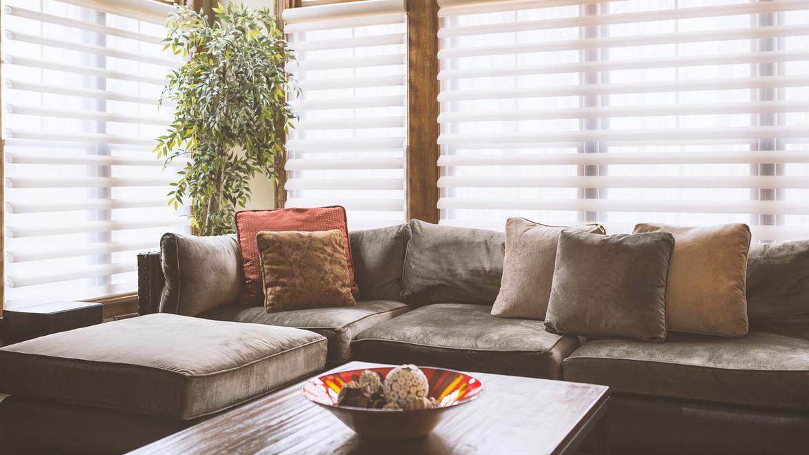 Couch mit Jalousien hinter
