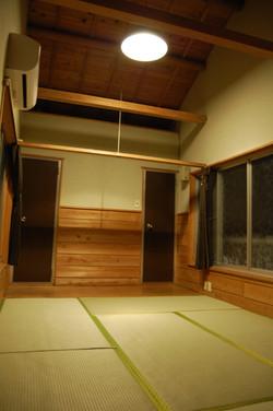 バンガローNo.2 室内(夜)