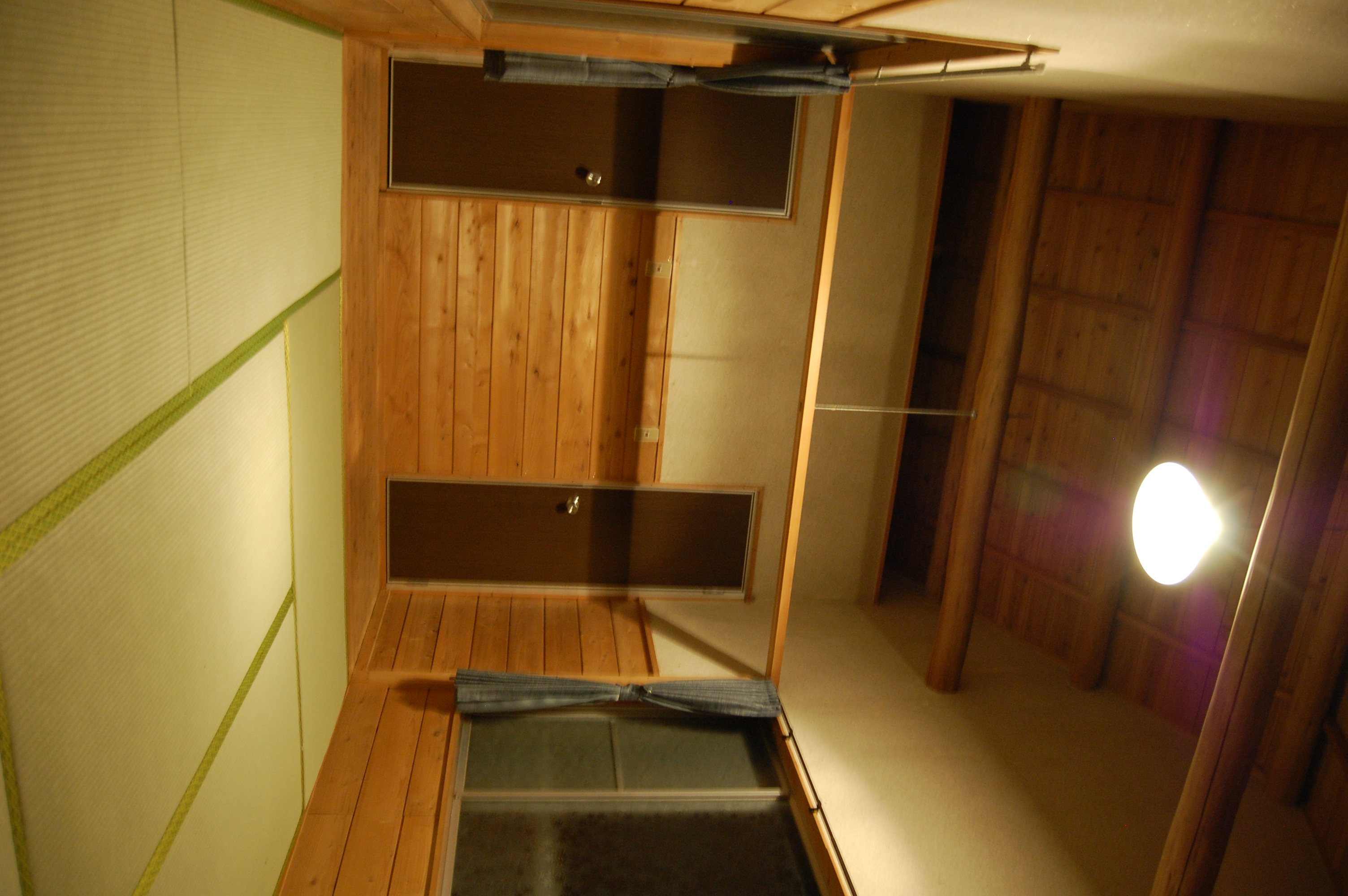 バンガローNo.4 室内(夜)