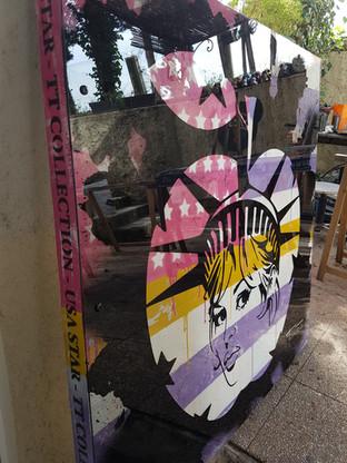 Acrylic et encre de chine avec plexi en facade.