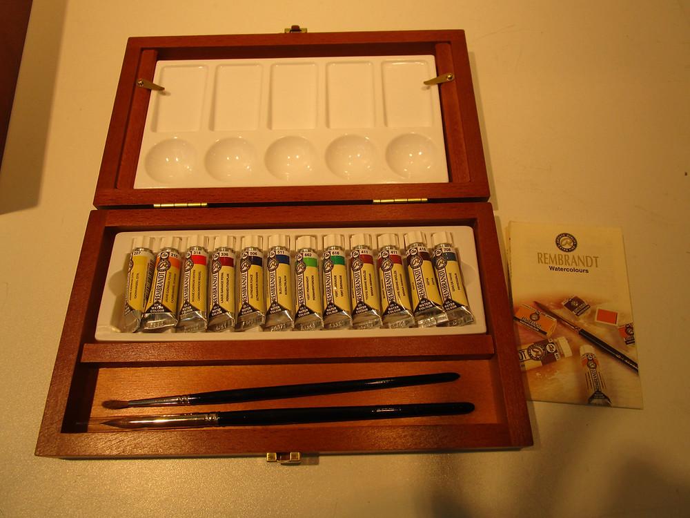 2e  prijs: een schilderskist met palet , tubes superkwaliteit aquarelverf en 2 marterharen penselen