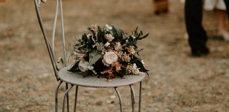 Bouquet_de_mariée_sur_chaise.jpg