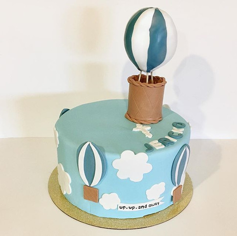 I actually did some cakes this weekend (surprising since I've been doing ALLLL cookies lately)! Jericko's hot air balloon themed baptism! 💙
