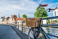 transportfiets met houten fietsmand langs de Brugse reitjes