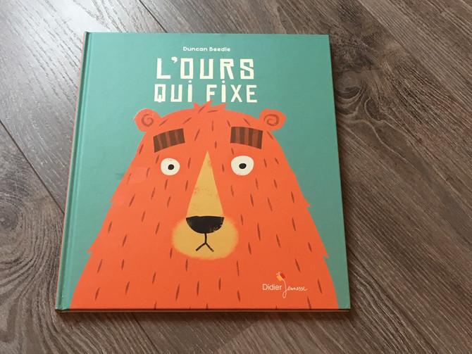 """""""L'ours qui fixe"""", un livre sur le rapport aux autres et la timidité."""