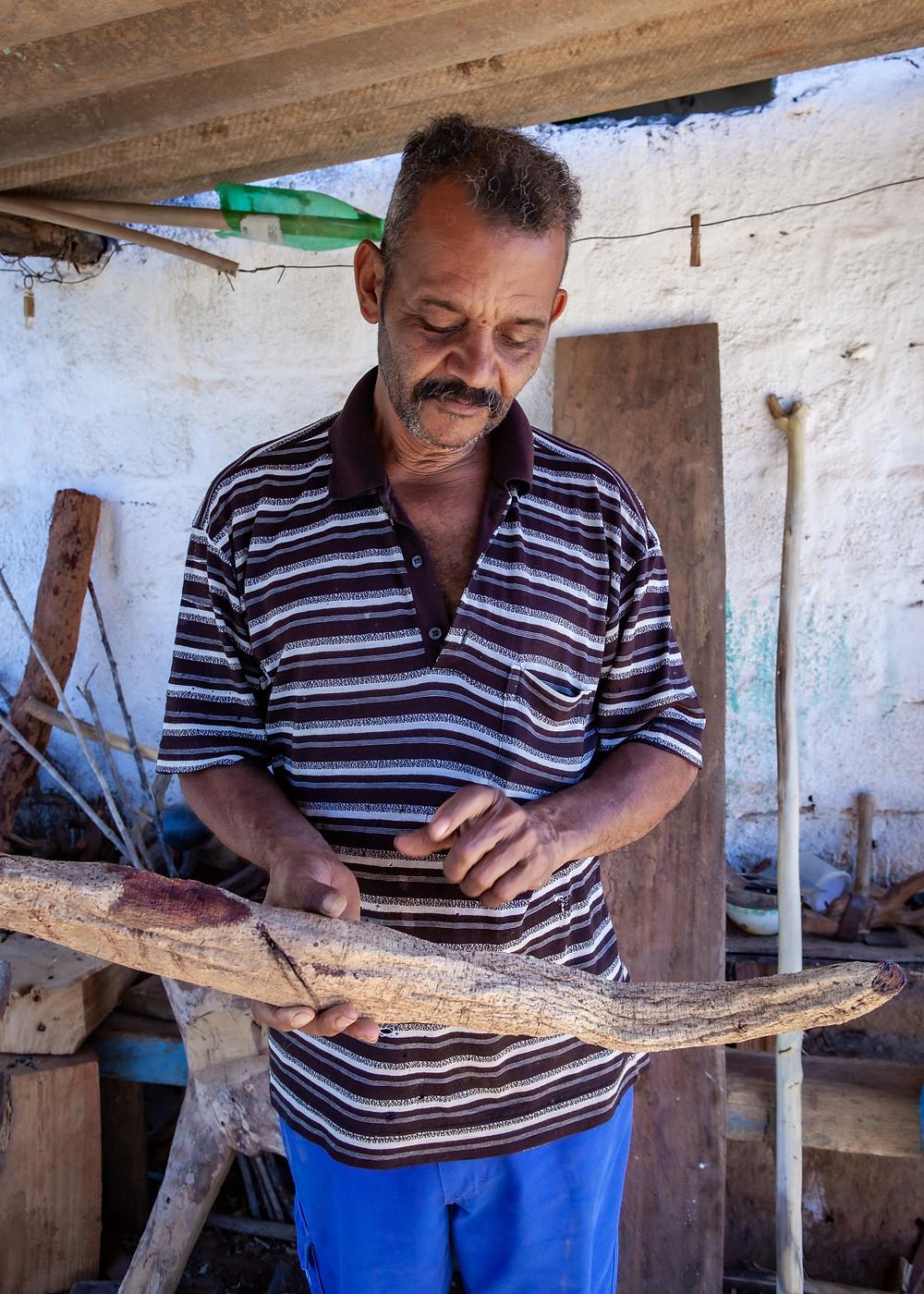 Andrezinho mostra a raiz do Mucunã