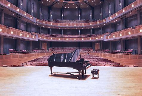Piano à queue dans salle de concert