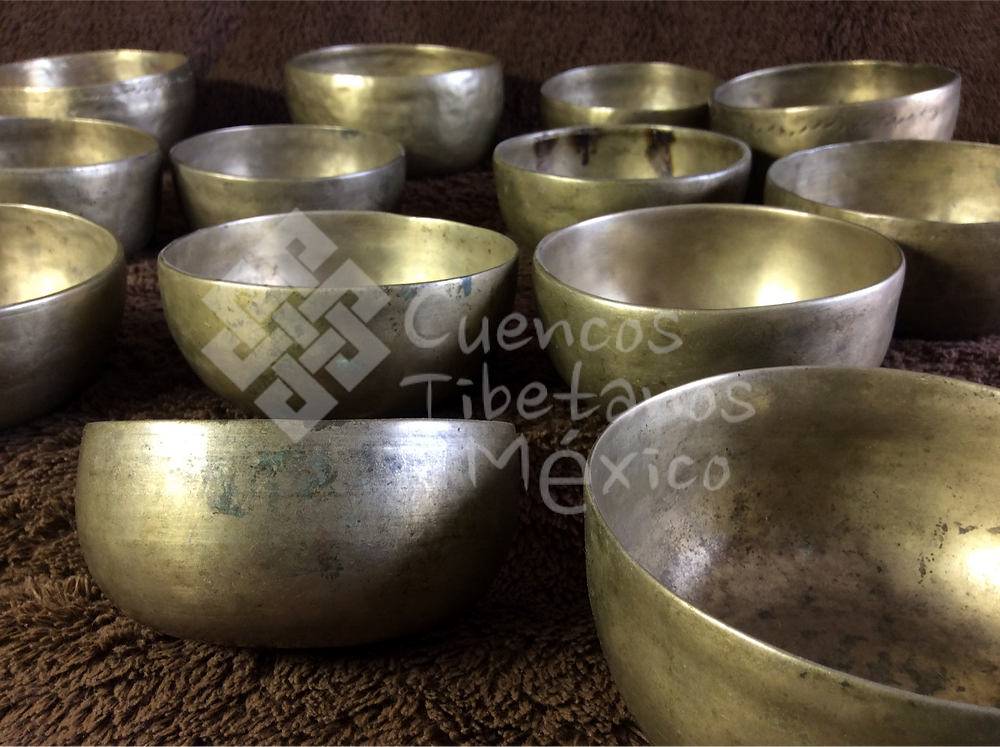 Artesanal tradicional 7 metales: El masaje vibracional (M.V.) es una terapia holística sonora con Cuencos Tibetanos que produce una oscilación / vibración muy especial y especifica sobre el cuerpo, generando un estado de disolución, paz y relajación profunda, mejor conocida como Meditación.
