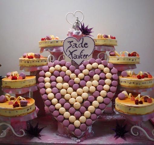 Cascade d'entremets et coeur en macarons N°61