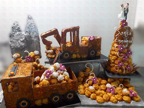 Tractopelle et camion sur décor chantier