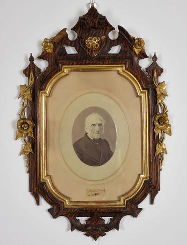 Ritratto fotografico con ciocca di capelli e autografo di Alessandro Manzoni