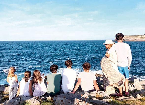 La influencer con más de 100.000 de seguidores y su familia miran a la mar en un bello rincón de Gozón. (P. B.)