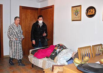 Al desplomarse el techo de su habitación, Isabel Roa González tiene que dormir en el salón. (L. V.))