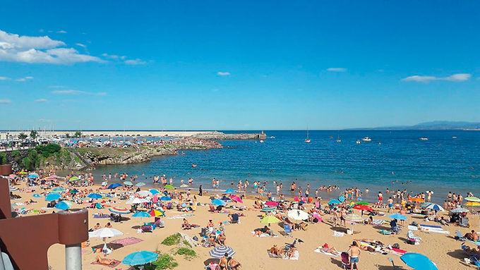 Playa de Luanco, llena de bañistas durante una jornada del verano pasado. (NICOLÁS)