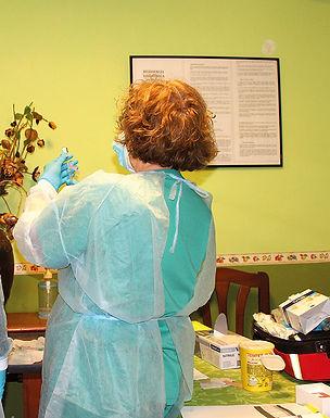 Preparación de las primeras dosis de la vacuna. (L. VENTURA)