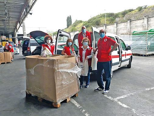 Parte del equipo de Cruz Roja Gozón, durante una recogida de alimentos en Carrefour. (C. R.)