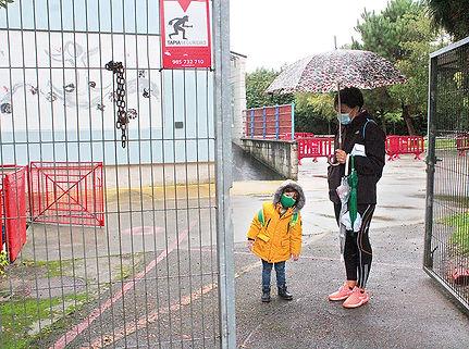 Un niño que volvió el 13 de octubre a las clases en el San Félix tras el primer confinamiento. (L. V.)