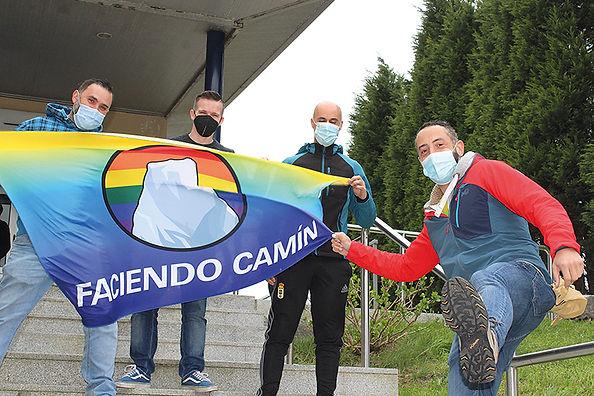 La directiva de la asociación, que surgió haciendo senderismo, en la piscina de Antromero. (L. V.)
