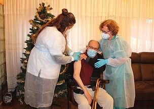 Francisco Monteserín Abad, de 85 años, también fue vacunado. (L. V.)