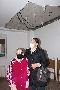 Al desplomarse el techo de su habitación, Isabel Roa González tiene que dormir en el salón. (LORENA VENTURA)