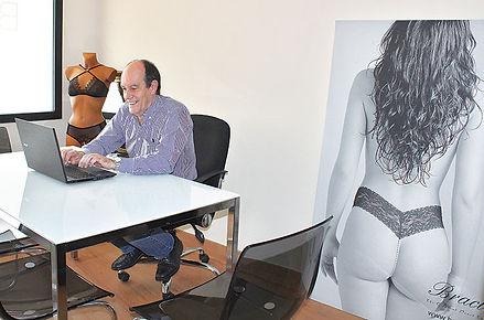 Luis Álvarez, feliz al olvidar los conflictos judiciales y centrarse en la expansión de su invento. (L. V.)