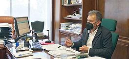 El alcalde de Gozón, en su despacho. (A. A.)