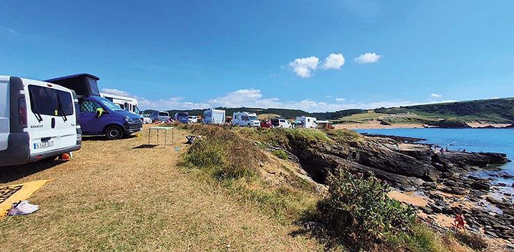 Caravanas y furgonetas aparcadas en Verdicio. (VICTORIA FERNÁNDEZ)