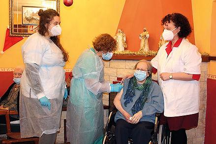 Angelines Rosales García, en el momento de recibir la vacuna de Pfizer. (LORENA VENTURA)
