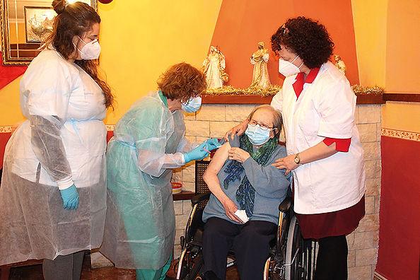 Angelines Rosales García, en el momento de recibir la primera vacuna. (L. VENTURA)