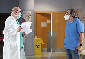 El médico conversa con un compañero que, al igual que él, lleva muchos años en el centro. (L. VENTURA)