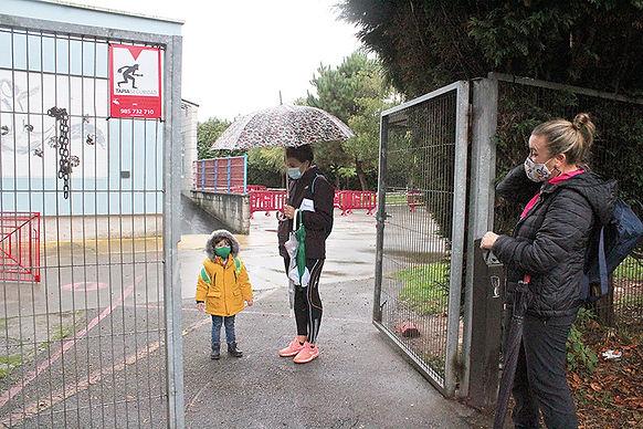 El único niño al que se le vio entrar al colegio San Félix en el regreso a las aulas el 13 de octubre. (L. V.)