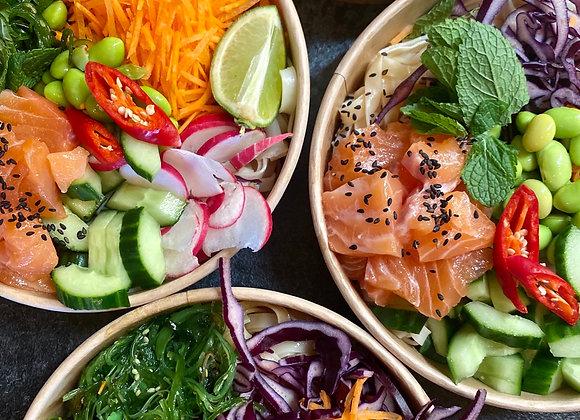 Asian salad bowl met wakame, verse zalm, rijstnoedle, kewpie, groente en edamame