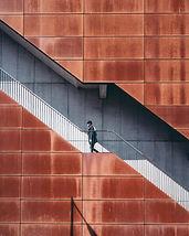 Homme marchant dans les escaliers