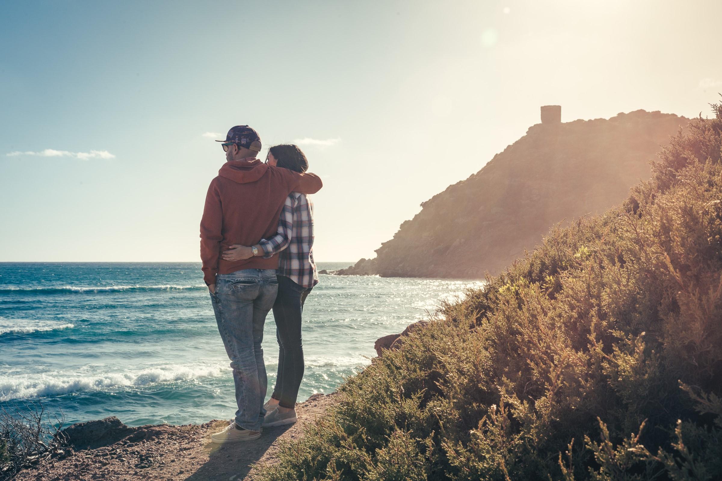Matrimonio Spiaggia Alghero : Fotografia di coppia engagement alghero porto ferro