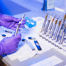 """參加者發生""""不良事件""""後,強生公司的冠狀病毒疫苗試驗暫停"""